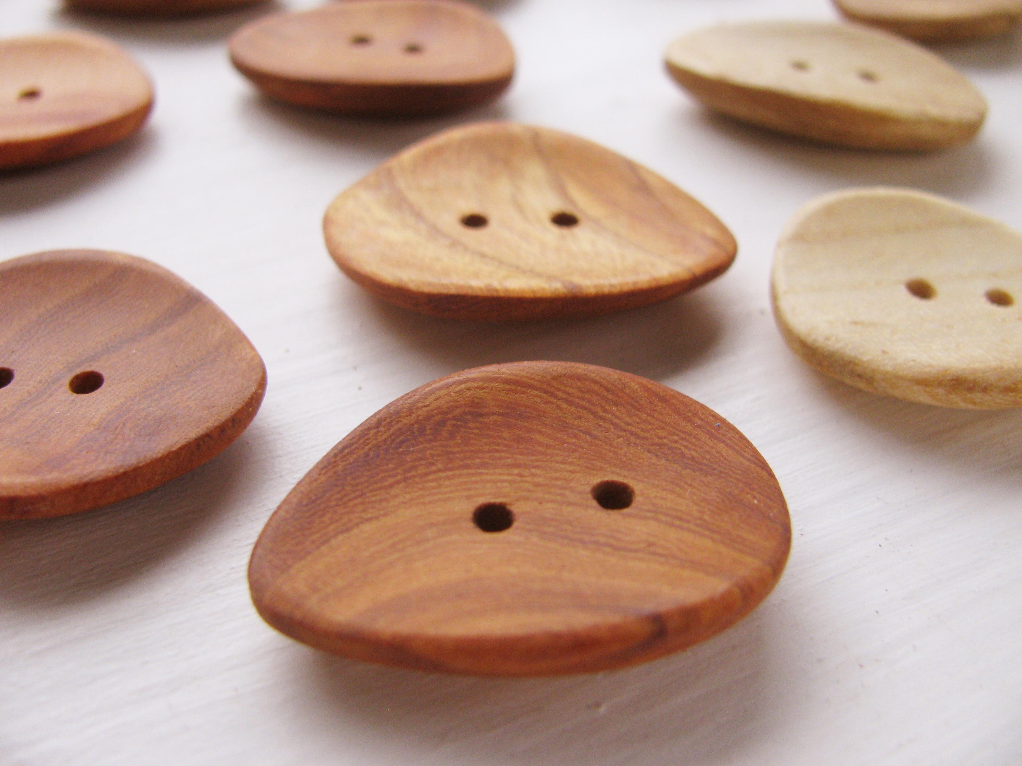 木のアクセサリーボタンの新作が出来ました