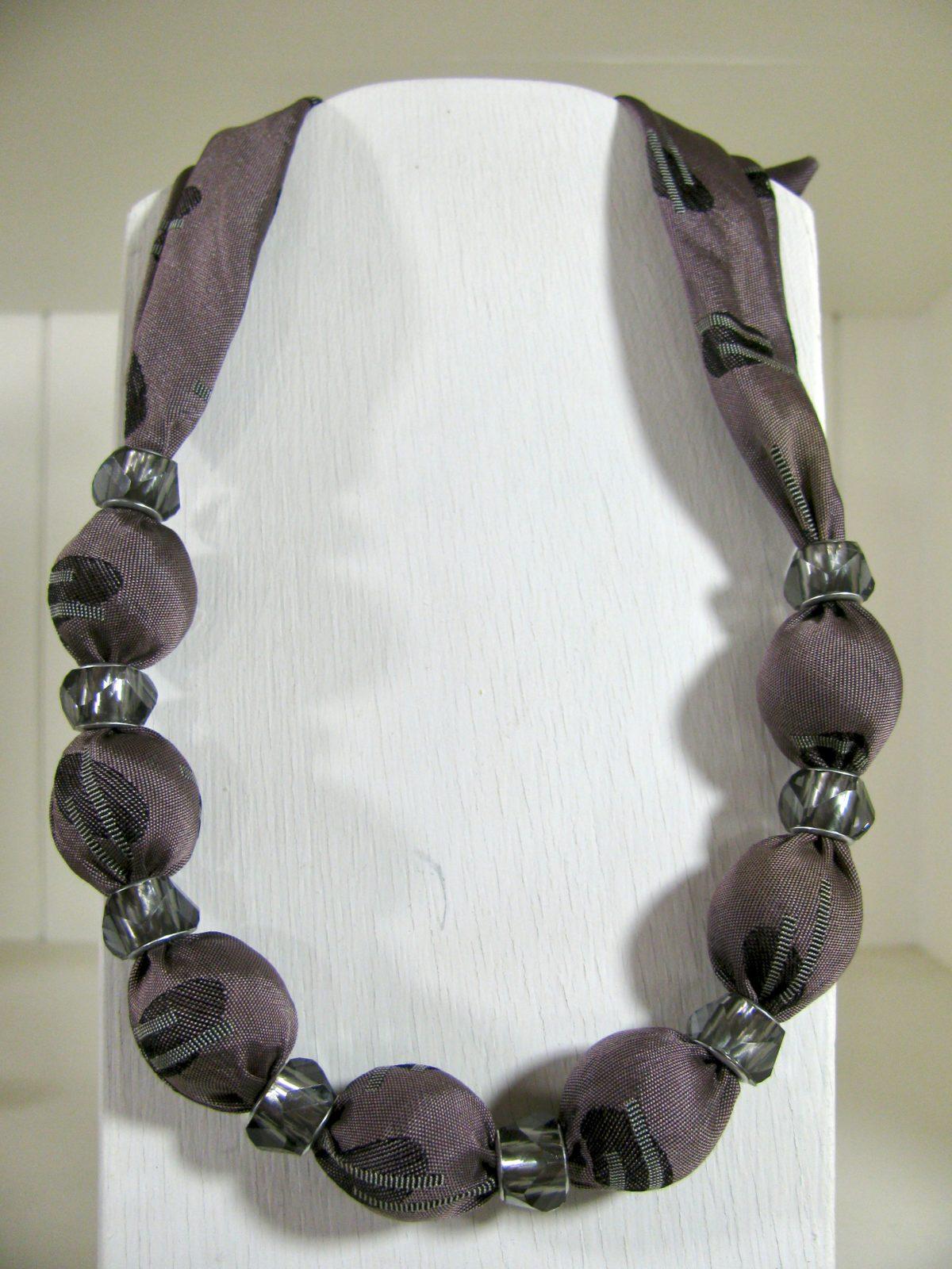 小木多香子さんから布のネックレスが届きました