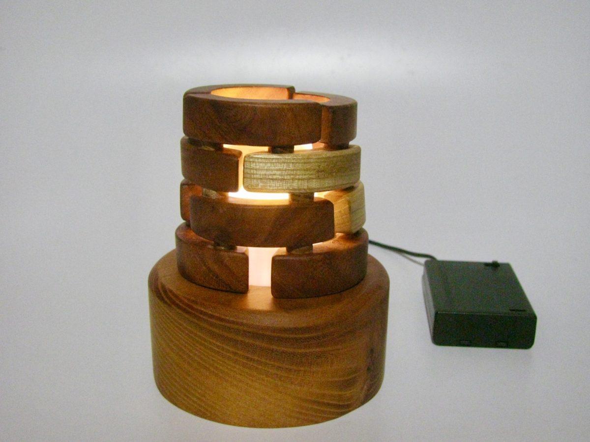 癒しの空間を演出する、LEDゆらぎ木の灯り