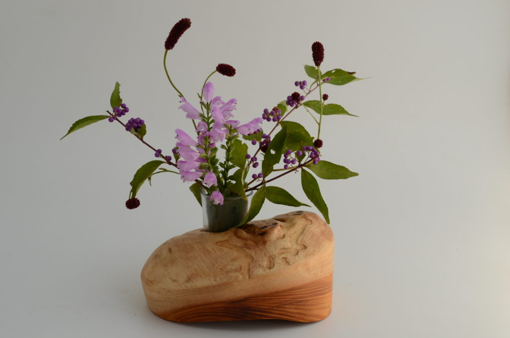 欅の洞を生かした花器