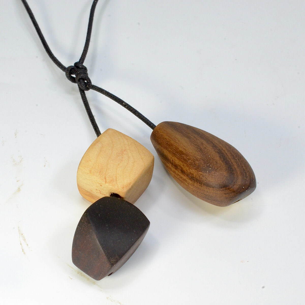 音色の良い・自然木のネックレス