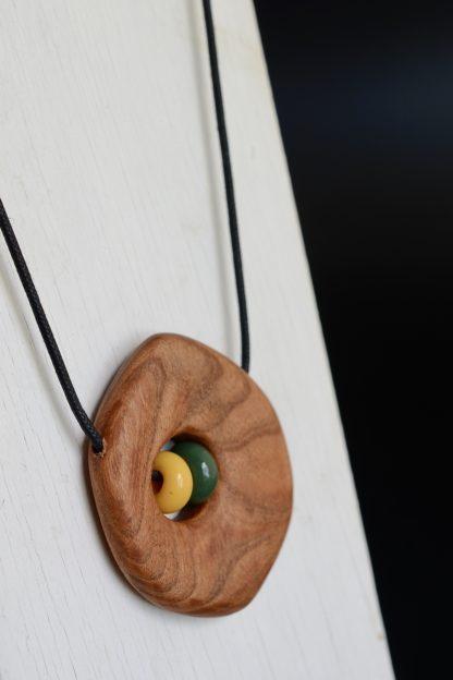 自然木の蜻蛉玉入りペンダント