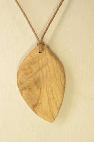 自然木のリーフペンダント