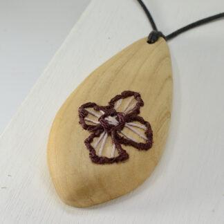 自然木のネックレス:刺繍